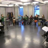 Wie dirigiert man einen Massenchor mit mehreren hundert Sängern?