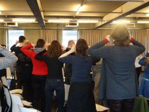 Die TeilnehmerInnen spüren der natürlichen Resonanz ihrer eigenen Stimme nach