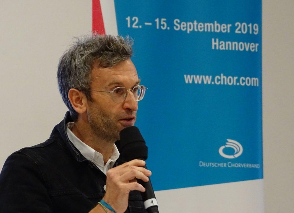 Moritz Puschke (Künstlerischer Leiter chor.com) bei der Eröffnung im Forum.